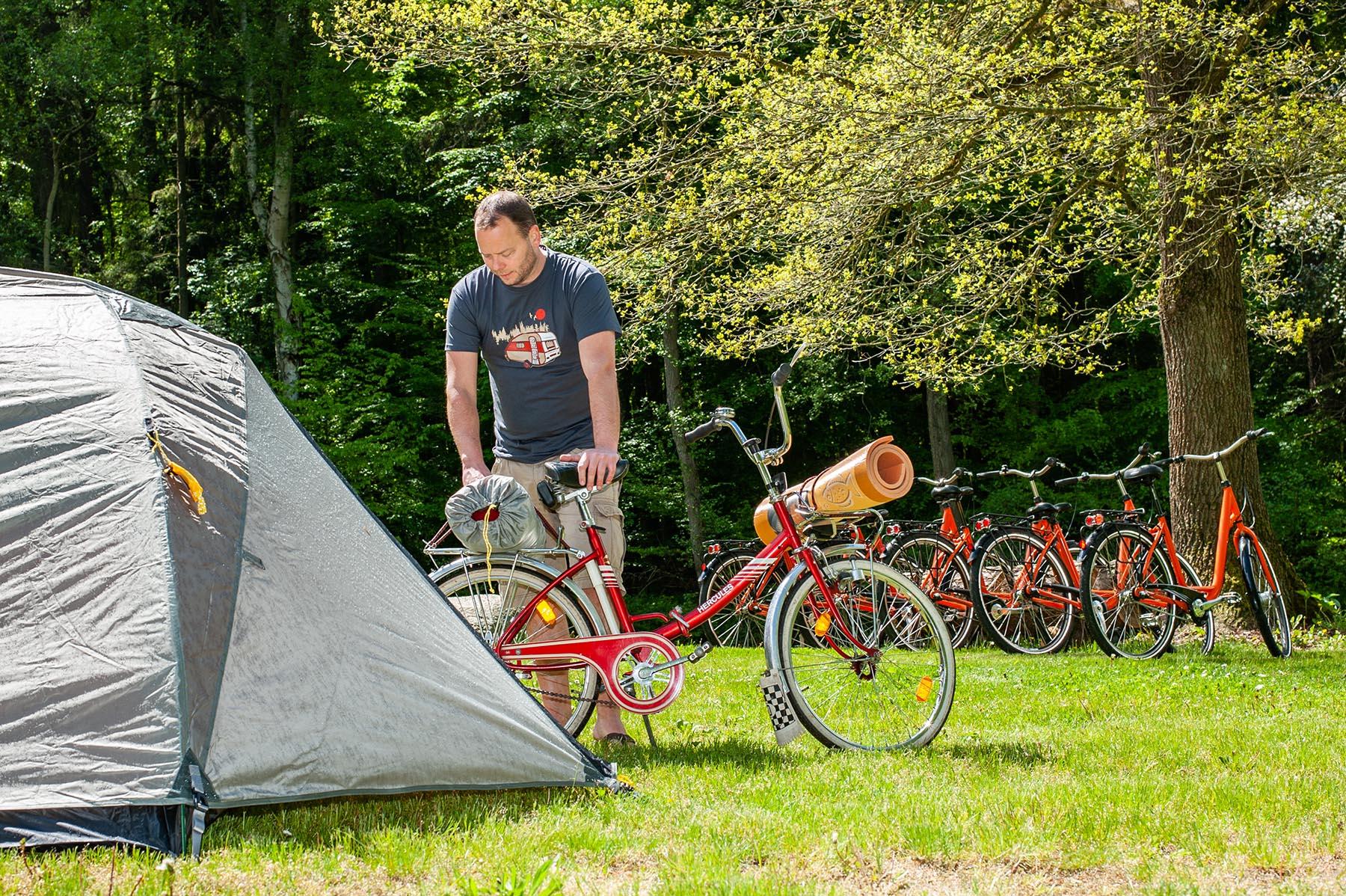 fahrradfahrer mit zelt