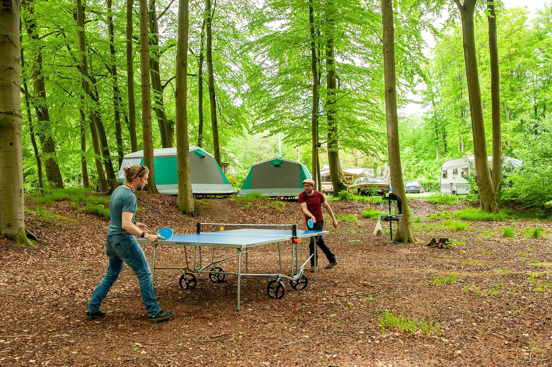 tischtennis campingplatz im wald
